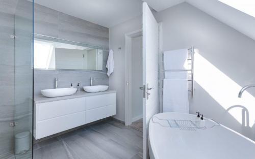 modern-minimalist-bathroom-1024x642-1